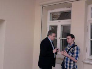 Dr W. Kozioł w rozmowie ze słuchaczem. Foto. MN
