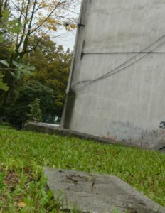 Puste miejsce po zniszczonej tablicy. W tle na murze widać kamerę monitoringu miejskiego. Foto. Prokapitalizm.pl